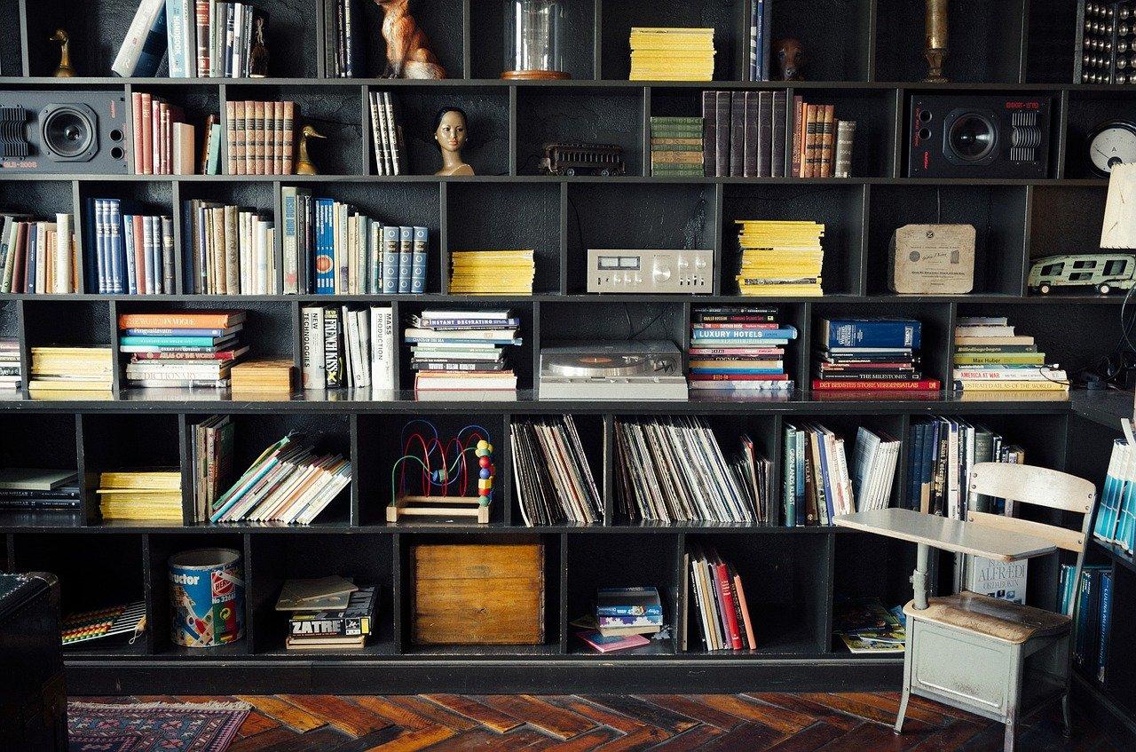 מדפי עץ לאחסון ספרים