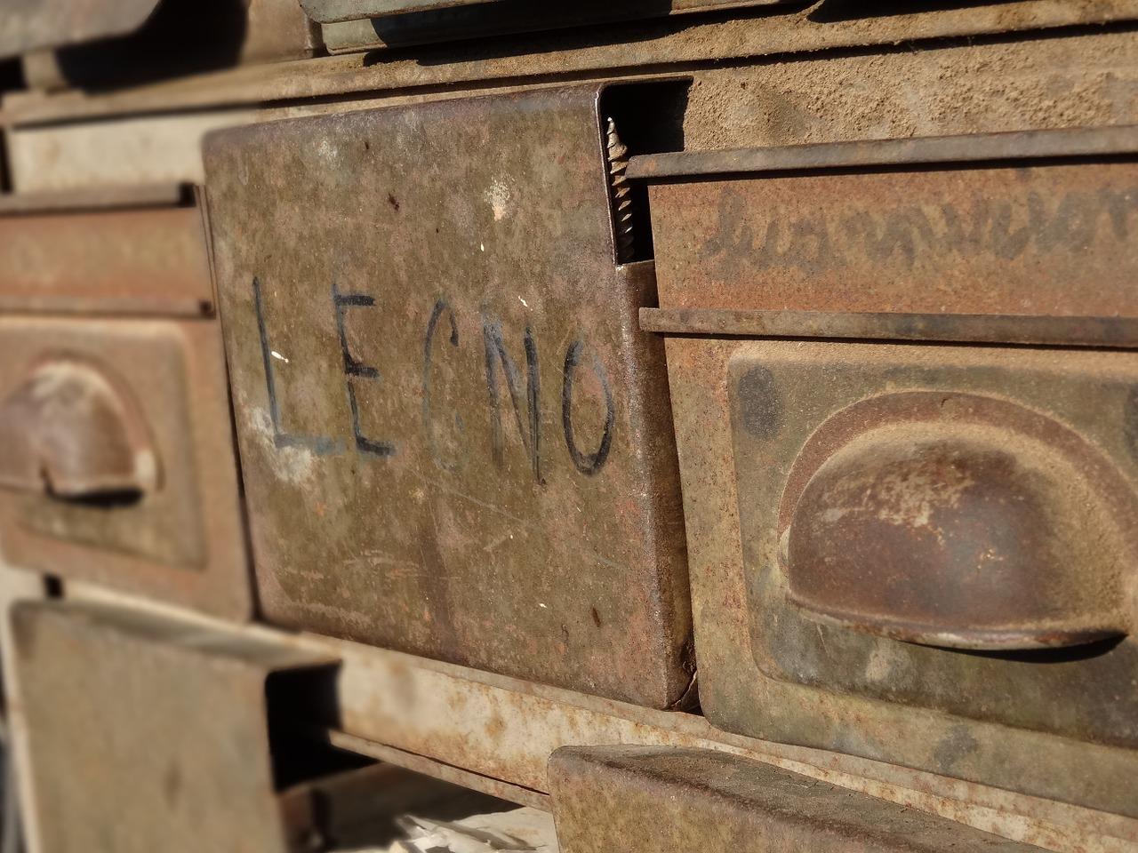 מגירות מתכת עתיקות מברזל
